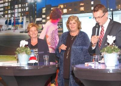 Jan Nieboer voorzitter VVBK (geheel rechts) en loco-burgemeester Goziena Brongers van de gemeente Stadskanaal (midden) (foto H. Cats)