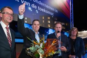 Jan Nieboer van de VVBK (geheel links) en loco-burgemeester Goziena Brongers van de gemeente Stadskanaal (geheel rechts) met de afgevaardigden van Hulotech.