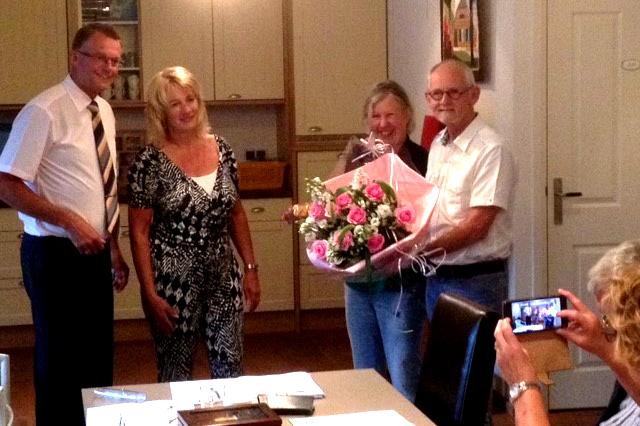 foto: Voorzitter Jan Nieboer en Ineke Schreuder bedanken Albert en Frea Fischer.