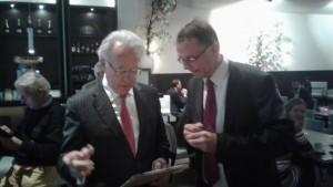 Jan Nieboer rechts en commissaris van de Koning Jozias van Aartsen fotoTegenwind-Veenkoloniën