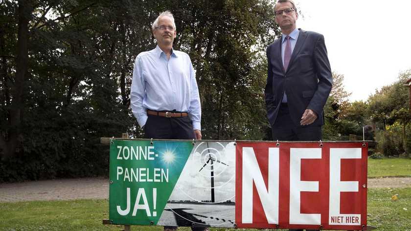 Jan Nieboer (rechts) en Hans zijn fel tegen de komst van de windmolensⒸ JOS SCHUURMAN